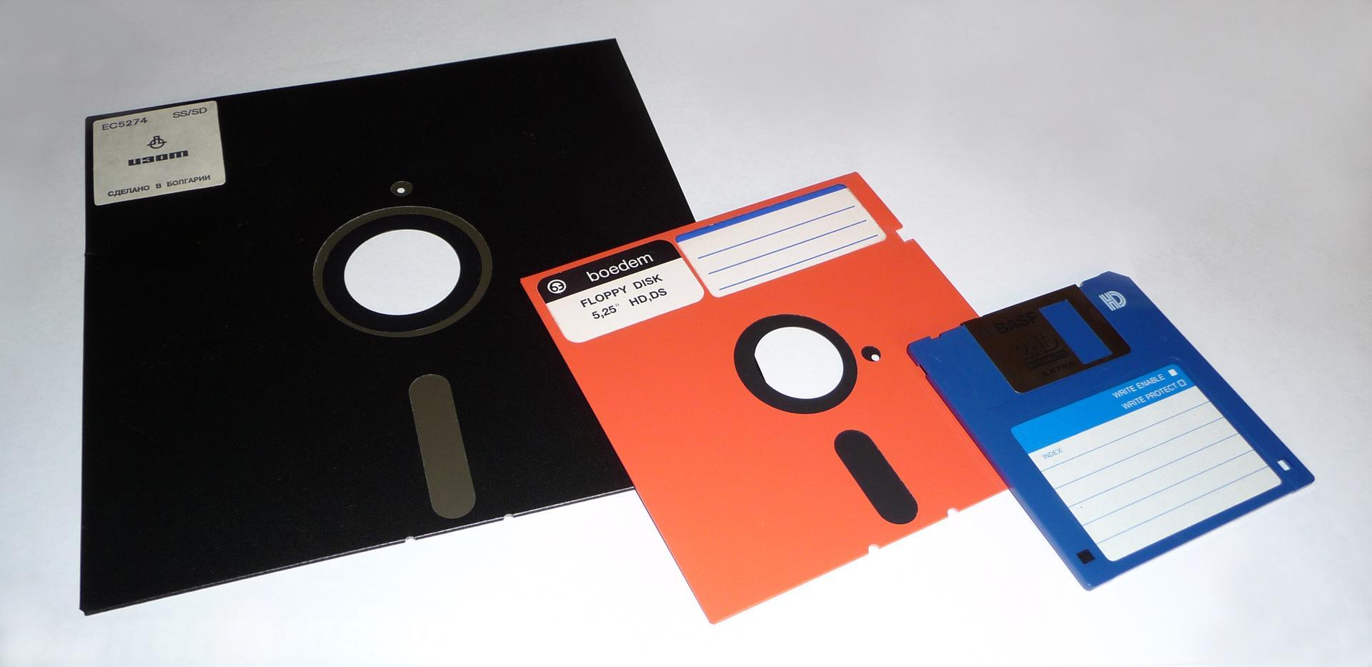 Одні з перших електронних носіїв інформації